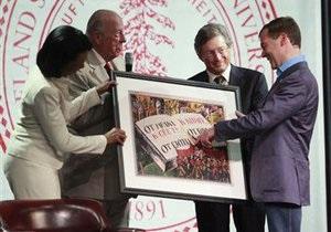 Медведеву подарили в Стэнфорде советский плакат