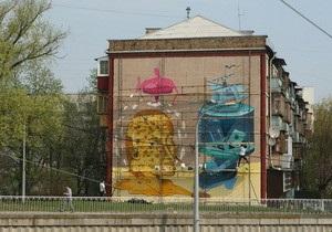 Стену дома возле Индустриального моста в Киеве разрисовали граффити