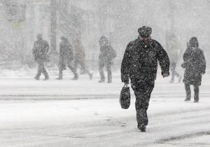 На Киев обрушился снегопад. Власти города задействовали спецтехнику для уборки улиц