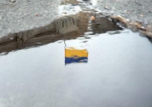 В одном из районов Киева неизвестные сняли с госучреждений 54 национальных флага