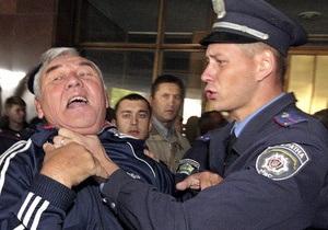 Опрос: Почти половина украинцев считают правоохранителей наиболее часто нарушающими права человека