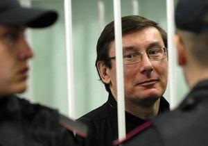Луценко перевели в одиночную камеру и показали устройства для принудительного кормления