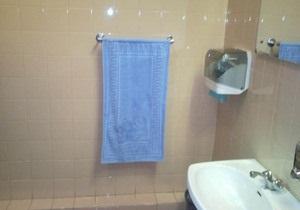 В туалете крымского парламента к приезду Азарова и Могилева пришили полотенца