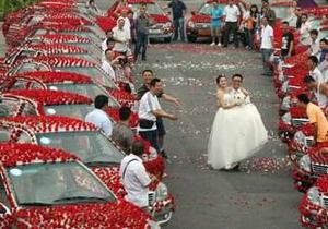 Житель Китая подарил своей невесте в день свадьбы  99999 алых роз