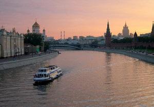 На Москве-реке прогулочный катер столкнулся с баржей и затонул