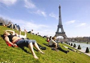 С Эйфелевой башни эвакуировали всех людей из-за угрозы взрыва
