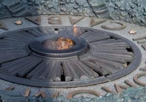 В Киеве вандалы сняли с постамента Вечного огня в парке Славы латунную плиту