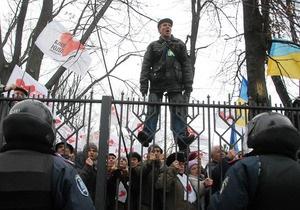 Фотогалерея: И снова в бой. Сторонники Тимошенко подрались с милицией под Апелляционным судом