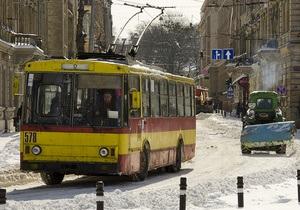 Непогода в Украине - Во Львове из-за сильного снегопада движение трамваев остается ограниченным