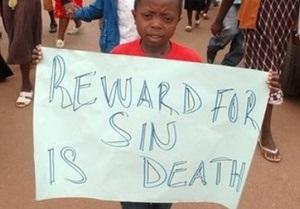 В Уганде священник показывал прихожанам гей-порно