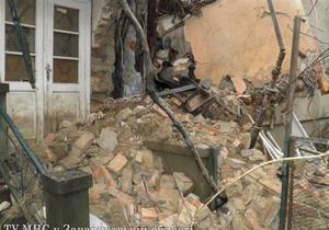 Паводки в Украине - Из-за непогоды в Ужгороде обвалилась стена жилого дома