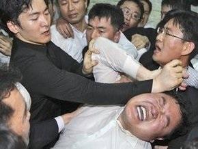 В парламенте Южной Кореи депутаты подрались с охранниками