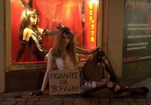 В центре Киева обнаженная активистка FEMEN просила милостыню для Украины