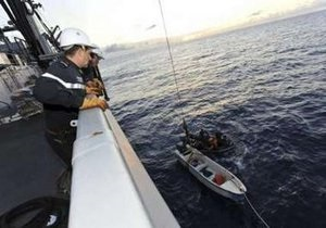 Пираты обстреляли корабль ВМС Франции у берегов Сомали