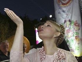В Алчевске Тимошенко приветствовали флагами Партии регионов