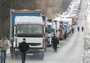 В Черновицкой области на границе Украины с Румынией около 100 грузовиков стоят в пробке