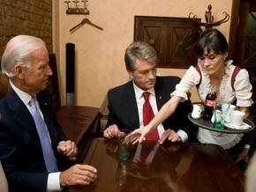 УП: Ющенко и Байден в пабе пили Coca-Cola
