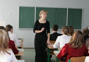 Азаров потребовал от Табачника и Балоги привести школы в порядок