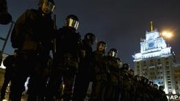 Российская оппозиция грозит провести шествие в Москве без санкции властей