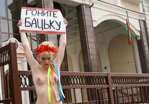 Полуголая активистка FEMEN под посольством Беларуси призвала  прогнать Бацьку