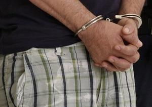 В Алчевске грабитель застрял в форточке магазина