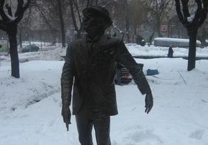 Неизвестные украли трость у памятника Паниковскому в Киеве