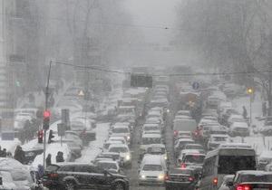 Непогода в Украине - снегопад в Киеве - движение транспорта в Киеве: В Киеве движение транспорта усложнено на семи участках