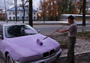 В России маляры перекрасили в розовый цвет припаркованную на тротуаре BMW