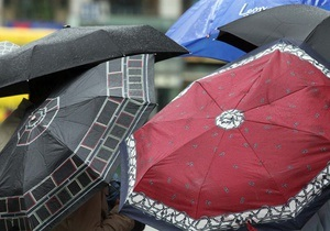Киевляне массово скупают зонты и резиновые сапоги