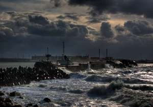 В Черном море шторм разломил надвое сухогруз под флагом Танзании