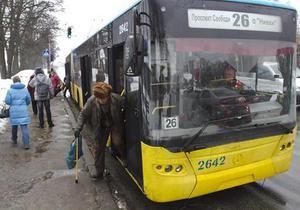 В Киеве неизвестные обстреляли троллейбус с пассажирами