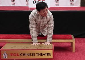 Джеки Чан стал первым китайцем, который оставил отпечатки рук в Голливуде