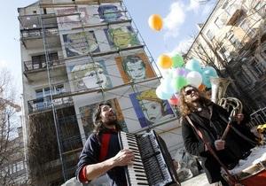 Фотогалерея: Детки в клетку. Киев украсила гигантская поп-арт мозаика