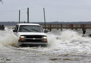 Ураган Айзек приближается к Новому Орлеану, дамбы на Миссисипи не справляются с водой