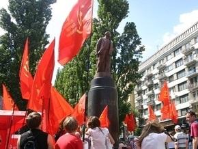 Милиция отпустила подозреваемых в повреждении памятника Ленину в Киеве