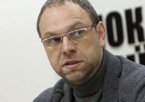 Власенко заявил, что Тимошенко нельзя этапировать: Она находится в кровати и не может вставать