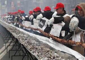 Фотогалерея: Рекорд с дымком. На Майдане приготовили самый длинный в Украине шашлык