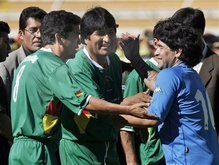 Команда Марадоны обыграла команду президента Боливии