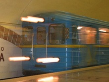 Бросившийся под поезд метро человек погиб