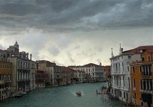 В Венеции временно запретили моторные лодки и баржи