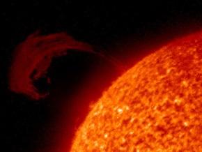 Российский спутник сфотографировал гигантскую магнитную арку над Солцем