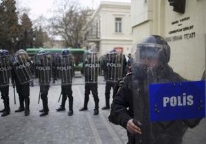 В азербайджанском городе толпа сожгла отель, директор которого попал в ДТП