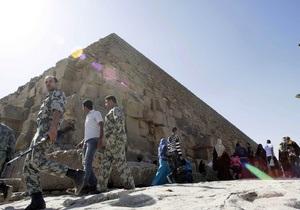 Российские туристы просидели пять часов в гробнице пирамиды Хеопса, а затем взобрались на ее вершину