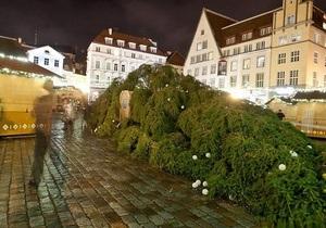 В Таллине второй раз за неделю упала главная рождественская елка