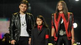 Дети Майкла Джексона появились на концерте памяти отца