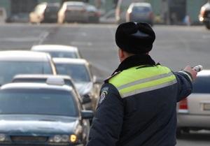 Во Львове автомобиль провалился в яму в центре города