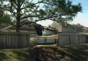 Новости США: В США в результате ДТП на крышу дома упал автомобиль