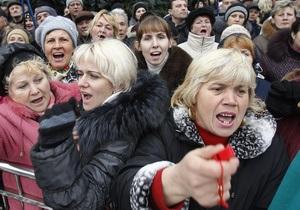 Около 10 тысяч учителей митингуют под Кабмином. Участникам акции удалось перекрыть улицу Грушевского