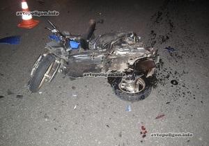 На проспекте Победы в Киеве скутер врезался в автомобиль, есть пострадавшие