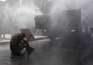 Первая жертва беспорядков в Стамбуле: таксист въехал в группу демонстрантов
